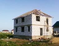 Дом двухэтажный высокий